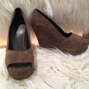 Elizabeth & James size 6 brown suede heel